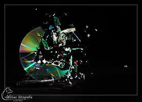 Kapot geschoten cd - high speed fotografie - Door: Ellen Reus - Wolves fotografie