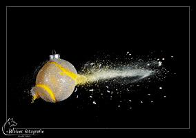 Kapot geschoten kerstbal - high speed fotografie - Door: Ellen Reus - Wolves fotografie