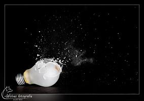Kapot geschoten gloeilamp - high speed fotografie - Door: Ellen Reus - Wolves fotografie
