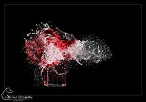 Kapot geschoten glas met wijn - high speed fotografie - Door: Ellen Reus - Wolves fotografie